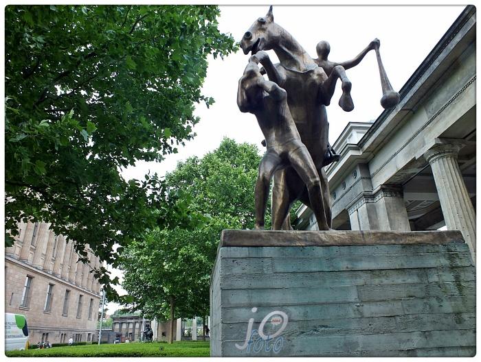 """THE MONUMENT"" (Skulpturen des Kolonnadenhofes)"